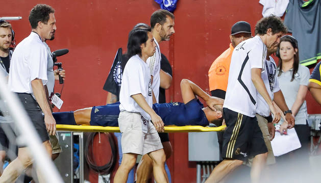 El centrocampista del Real Madrid Marco Asensio es trasladado en camilla después de una lesión contra el Arsenal.