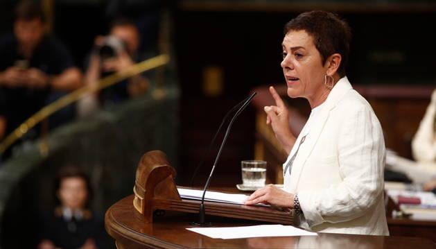 Foto de la portavoz de EH Bildu en el Congreso, Mertxe Aizpurua, interviniendo durante la segunda sesión del debate de investidura del candidato socialista a la Presidencia del Gobierno.