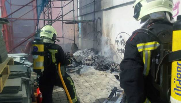 Los bomberos apagan un incendio junto a un edificio de oficinas en Mutilva