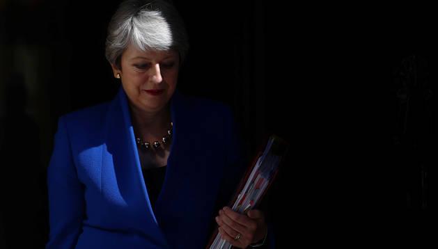Foto de Theresa May abandonando Downing Street.