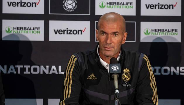 El entrenador del Real Madrid, Zinedine Zidane, ofrece una rueda de prensa en el Fed Ex Field de Washington, EE UU.