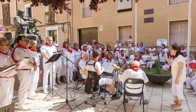 Los Auroros de Tudela interpretan una de las piezas de su vermú concierto, bajo la dirección de Isabel Iturre Arau, en la plaza Mercadal.