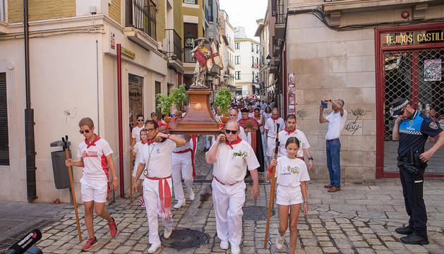 La imagen de Santiago, seguida de asistentes a la procesión, desfila por el Casco Viejo de la capital ribera.