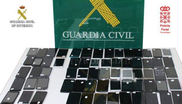 Foto de los 66 terminales móviles robados que el grupo vendía en un establecimiento de productos de segunda mano ubicado en Bilbao.
