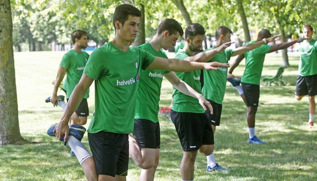 Los jugadores del Helvetia Anaitasuna se ejercitan en la Vuelta del Castillo en el regreso a los entrenamientos.