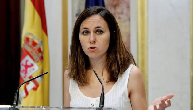 La portavoz de Unidas Podemos Ione Belarra, en el Escritorio del Congreso de los Diputados, en el que el candidato socialista, Pedro Sánchez, ha perdido la segunda y definitiva votación de investidura.