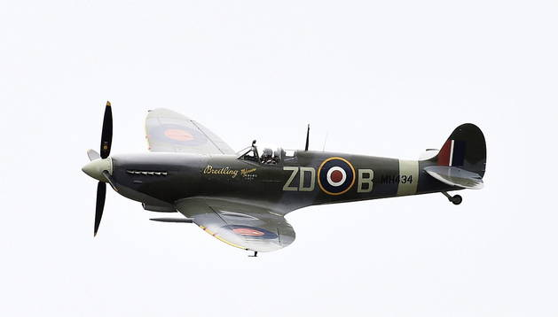 Vista del modelo Spitfire durante un ejércicio aéreo de la Fuerza Aérea Británicas en el aeropuerto de Bromley, en Reino Unido.
