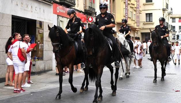 Foto de cuatro policías nacionales a caballo, en la primera jornada de las fiestas de Tudela.