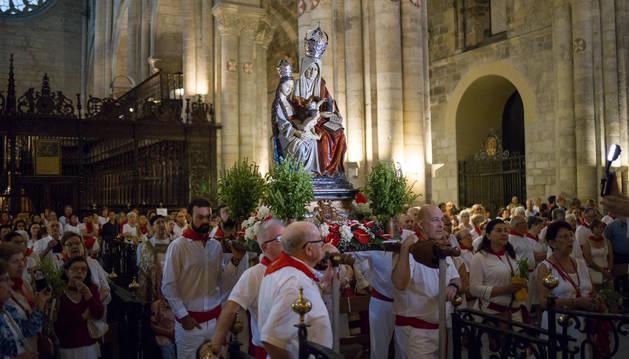 La imagen de Santa Ana 'La Vieja, rodeadas de numerosos tudelanos, colocada ante el altar mayor en el saludo que protagoniza cada mañana del 26 de julio a la patrona.