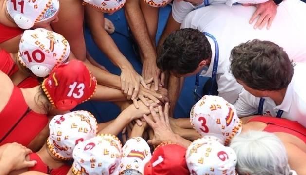 La selección española de waterpolo femenino hace piña.