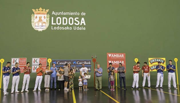 Foto de la familia de Pepe Martínez, con su mujer Loli y sus cuatro hijos, recibiendo el cariño de la familia pelotazale de Lodosa.