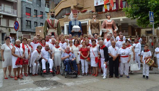 Foto de algunos de los socios del club de jubilados de San Adrián, que se congregaron a las 12.30h en la plaza del Rebote con la comparsa de gigantes y con los gaiteros para asistir a misa.