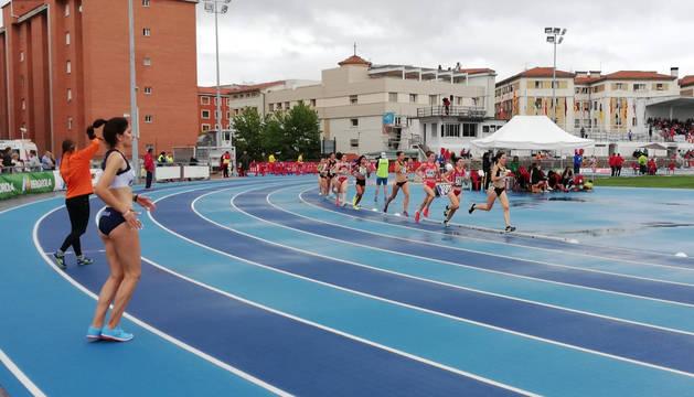 La favorita en altura, Saleta Fernández, ante el 1,70 altura que ha superado, al igual que su rival, la navarraIzaskun Turrillas.