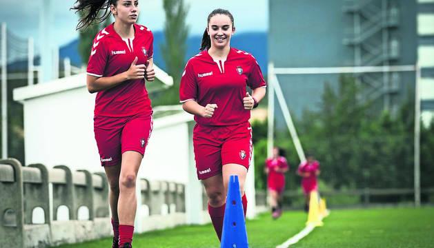 Nerea Tellería y Sara Carrillo, durante las pruebas físicas de ayer por la tarde en Larrabide.