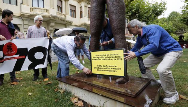 Foto del momento en el que varias personas colocan el tablero provisional.
