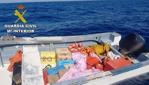 Intervenidas más de tres toneladas de hachís tras una persecución en alta mar.
