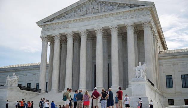 Turistas, ante la sede del Tribunal Supremo de Estados Unidos en Washington.