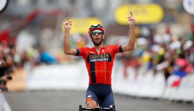 Foto de Nibali celebrando la victoria tras cruzar la línea de meta de la penúltima etapa del Tour de Francia.