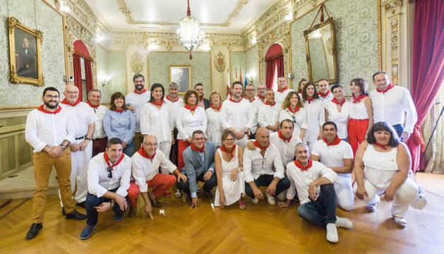 Los representantes políticos de las localidades riberas, aragonesas y riojanas posaron juntos tras el acto en el Salón de Plenos del Ayuntamiento de Tudela.
