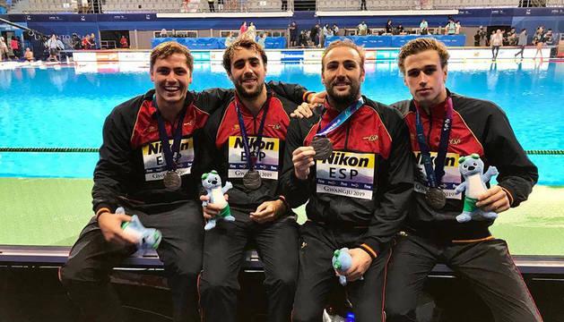 Alberto Munárriz Egaña (primero por la izquierda), posando junto a otros compañeros de la selección las medallas de plata colgadas al cuello.