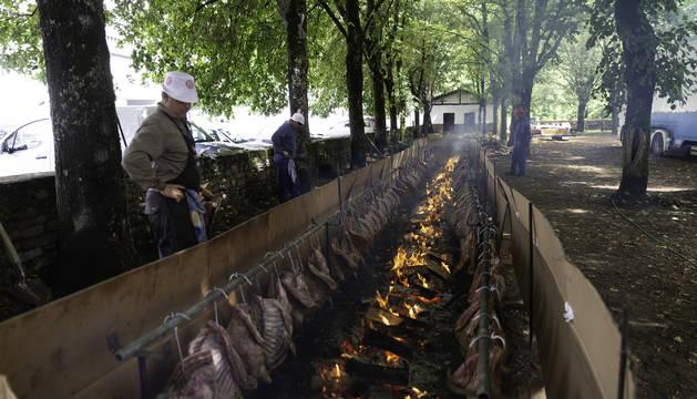 Foto del grupo Zugarramurdiko Akelarrea, que preparó la hilera de corderos para el zikiro. En total, 31 corderos dispuestos a lo largo de 15 metros.