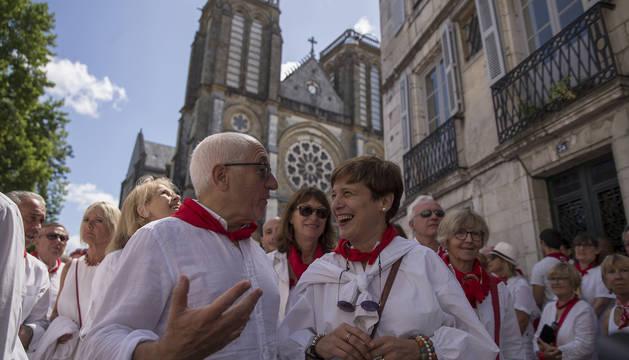 El alcalde de Bayona, Jean-René Etchegaray, comparte sus impresiones con la concejala de Navarra Suma Ana Elizalde a la salida de la misa.