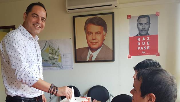 El secretario de Organización del PSN, Ramón Alzórriz, deposita su voto este domingo.