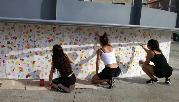 foto de Los jóvenes han limpiado y decorado el quiosco de la plaza junto al colegio público de Huarte