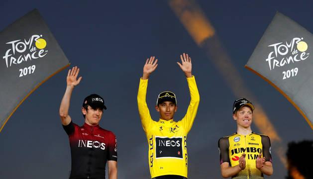 foto de Podium del Tour de Francia 2019: El colombiano Egan Bernal, franqueado por Geraint Thomas y Steven Kruijswijk.