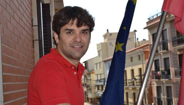 Foto del alcalde lodosano Pablo Azcona en el balcón del despacho de alcaldía desde donde este lunes a las 12 de la mañana el primer equipo del CD Lodosa tirará el cohete de las fiestas patronales.