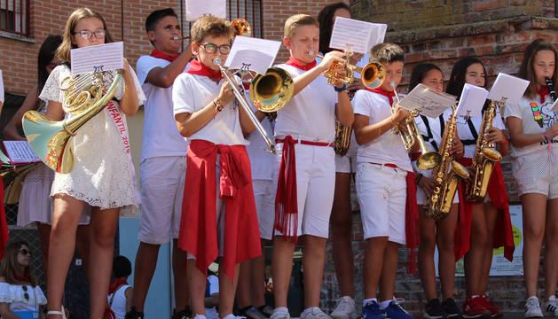 Foto de la división infantil de la banda durante su actuación.