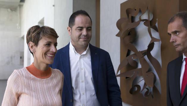 Foto de María Chivite y Ramón Alzórriz se dirigen a la reunión con el presidente del Parlamento, Unai Hualde, en la ronda de consultas que mantuvo ayer.