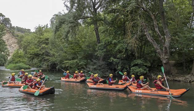 Foto de los participantes empezando el recorrido por el río Ega.
