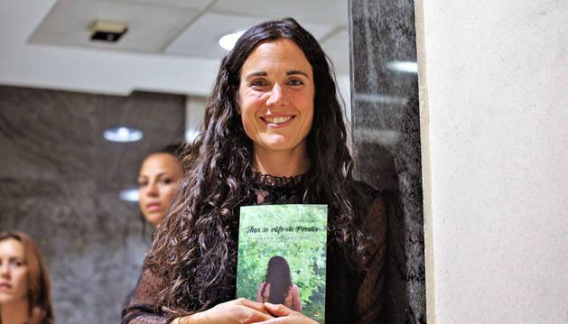 Foto de Sandra Iraizoz, posando con su segundo libro, Ana se viste de Prada.