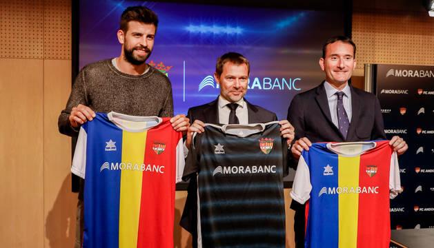 foto de Gerard Piqué, a la izquierda, en la presentación del acuerdo entre el FC Andorra y MoraBanc.