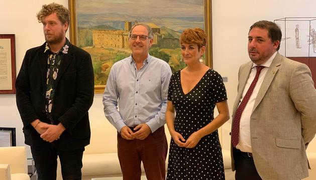 Reunión entre Hualde y los miembros de Bildu, este lunes, en la segunda ronda de contactos en el Parlamento de Navarra para cerrar la investidura.