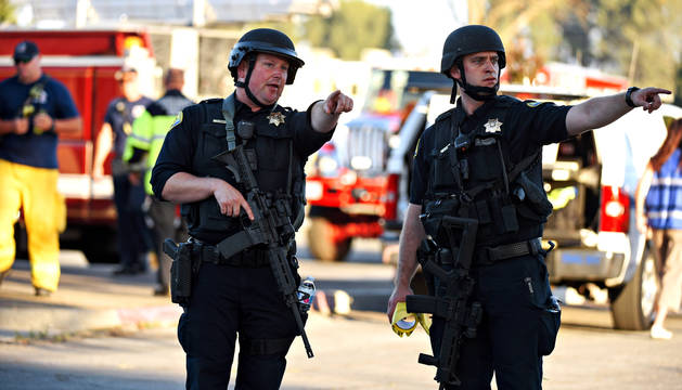 Foto de policías armados, que vigilan el lugar de los hechos en el Gilroy Garlic Festival, en el que cuatro personas han muerto tras un tiroteo.