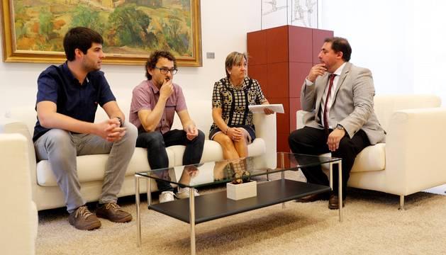 Hualde con miembros de Izquierda Ezkerra, este lunes, en la segunda ronda de contactos.