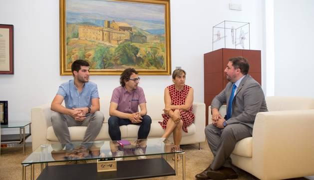 Hualde con miembros de Izquierda Ezkerra en la primera ronda de contactos.