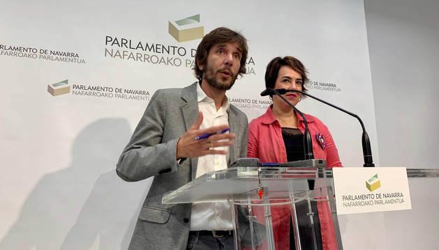 Foto de Mikel Buil y Ainhoa Aznárez, tras la segunda ronda de consultas con el presidente del Parlamento, Unai Hualde.