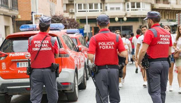 Foto de agentes de la Policía Foral, en la calle Gaztambide-Carrera.