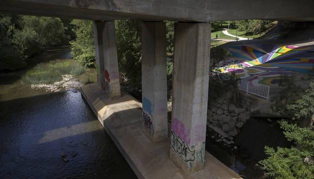 El cuerpo  fue hallado junto al puente sobre el Arga que conecta San Jorge y San Juan.