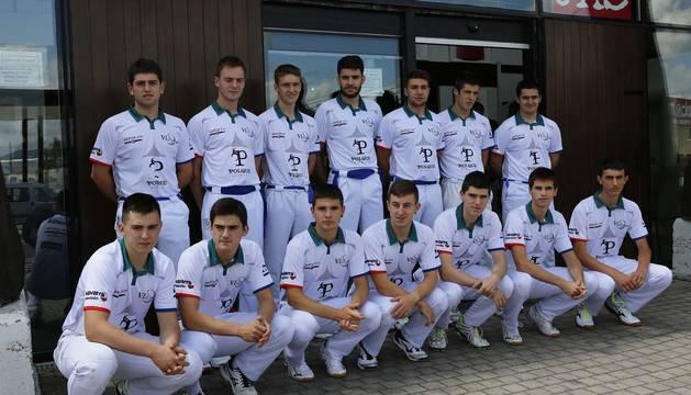 Catorce de los 48 pelotaris seleccionados para disputar el VI Torneo Muebles Polque posan en la entrada de la sede del patrocinador principal.