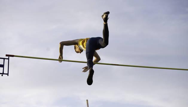 Foto de Adrián Vallés en uno de sus saltos válidos. Ganó la pértiga, esta vez al aire libre.