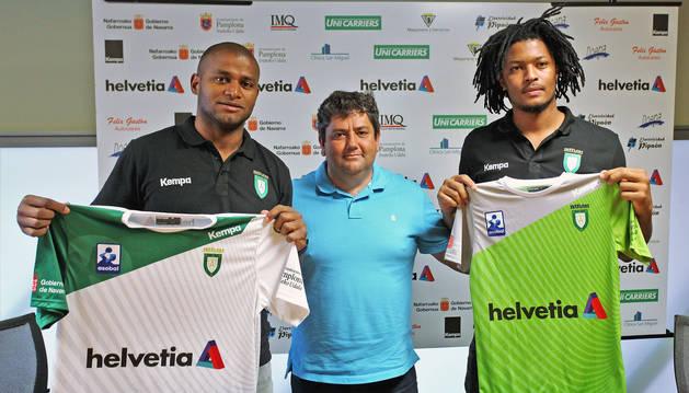 De izquierda a derecha: Anderson Mollino da Silva, el presidente Javi garcía y Leandro Semedo