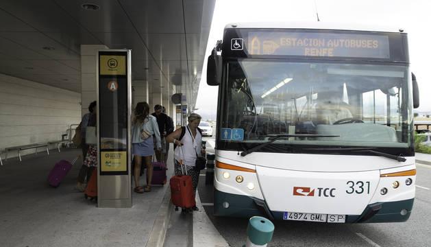 Foto de varios viajeros suben en el autobús el pasado lunes, a las 8.45 horas, en uno de los últimos días de servicio de la línea.