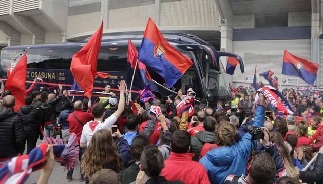Foto de a afición de Osasuna, que se acercó a El Sadar para acompañar al equipo en la rúa del ascenso.