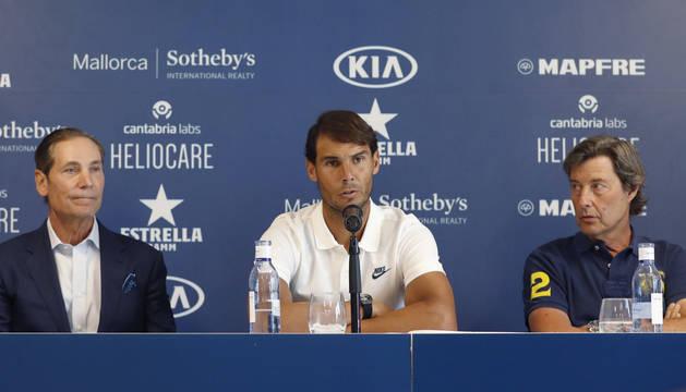 Foto de Phil White (i), junto Rafa Nadal y Javier Soler (d), durante la presentación de la segunda edición del 'Rafa Nadal Open by Sotheby's Internacional Realty'.