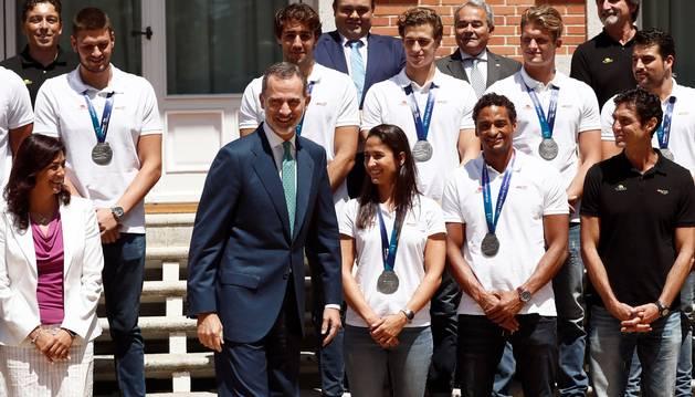 Foto de los Reyes Felipe y Letizia, acompañados de la secretaria de estado para el deporte María José Rienda (i), durante la fotografía de familia con las selecciones españolas de Waterpolo que obtuvieron sendas medallas de plata en los recientes Mundiales de Gwanju.
