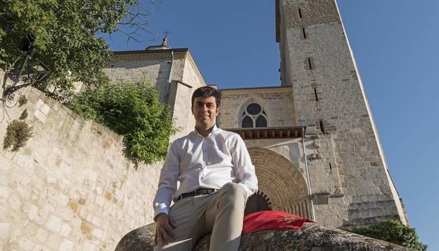 El alcalde de Estella, Gonzalo Fuentes, en la escalinata de la iglesia de San Pedro de la Rúa.